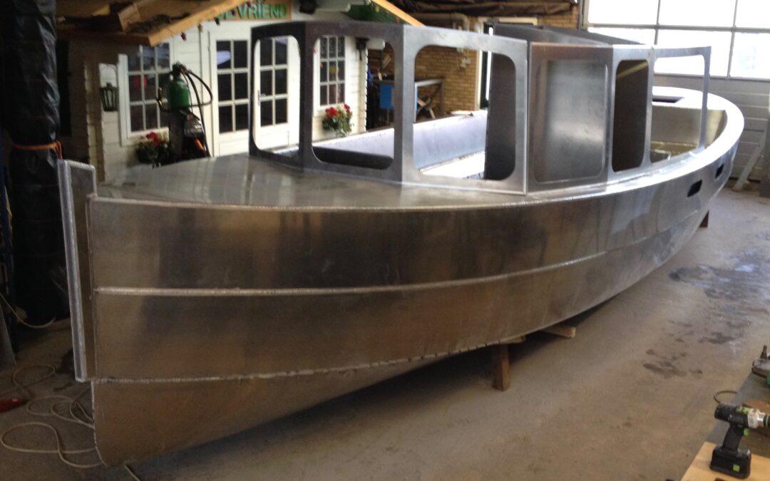 De nieuwe salonboot is bijna te huur in Amsterdam