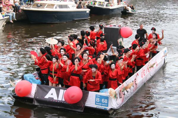 Een sloep huren met de Gayparade in Amsterdam